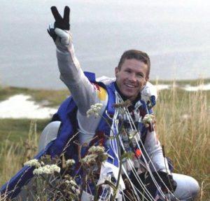 Parachutiste joyeux après atterrissage après saut en parachute Normandie