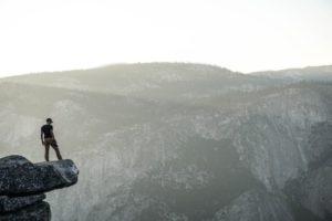 homme au bord d'une falaise