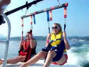 deux pratiquantes de parachutisme ascensionnel au décolage
