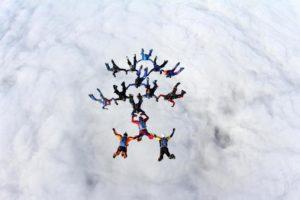 Groupe de parachutistes faisant un saut en parachute nord