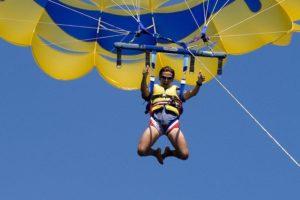 homme pratiquant parachutisme ascensionnel