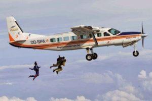 parachutistes en chute libre sous avion