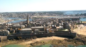 Vue des remparts de Saint Malo depuis un saut en parachute Bretagne